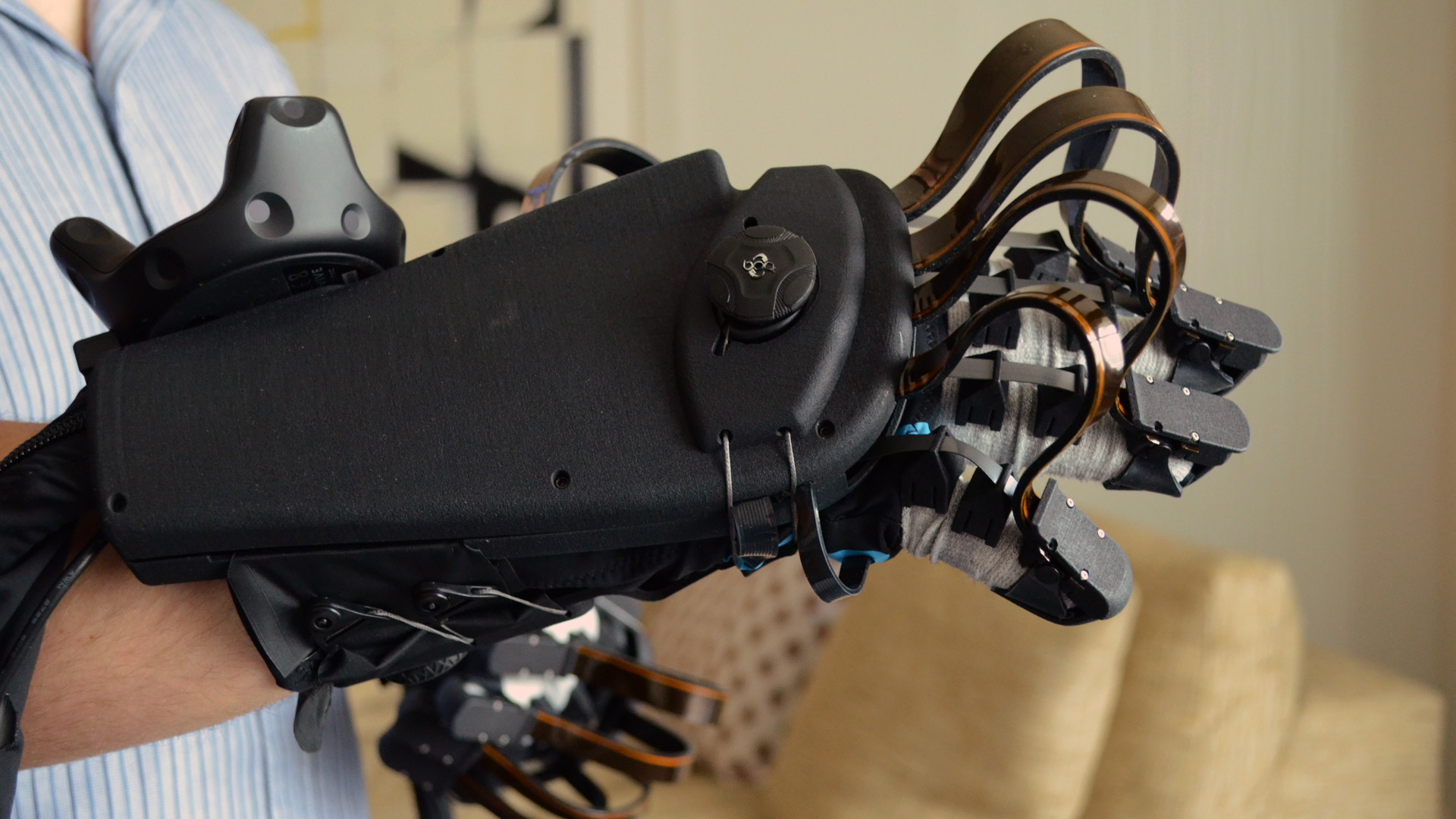 Hands-on: Dexmo Haptic Force-feedback VR Gloves are Compact and Wireless