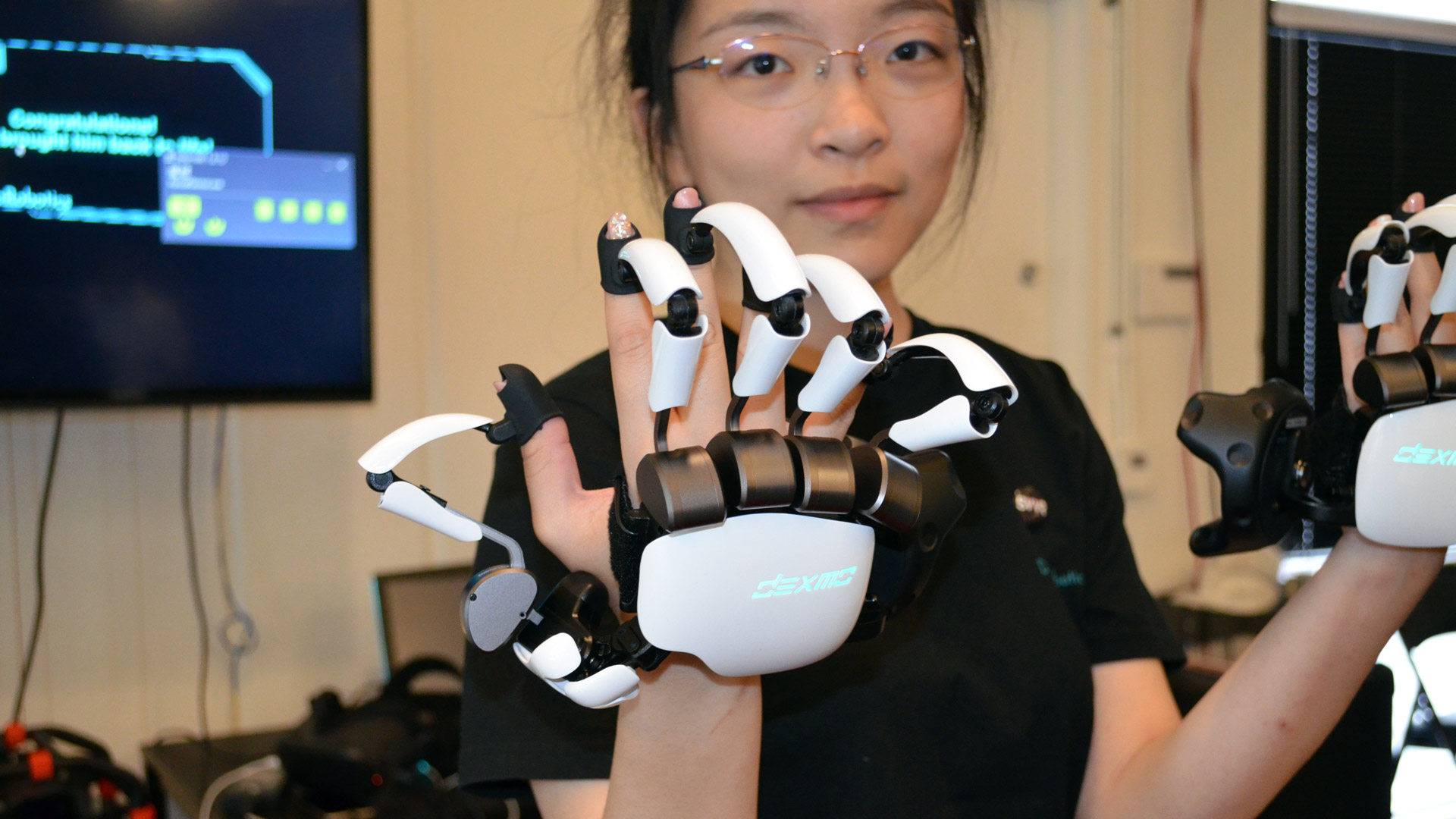 Dexmo Haptic Force-feedback VR Gloves are Compact and Wireless